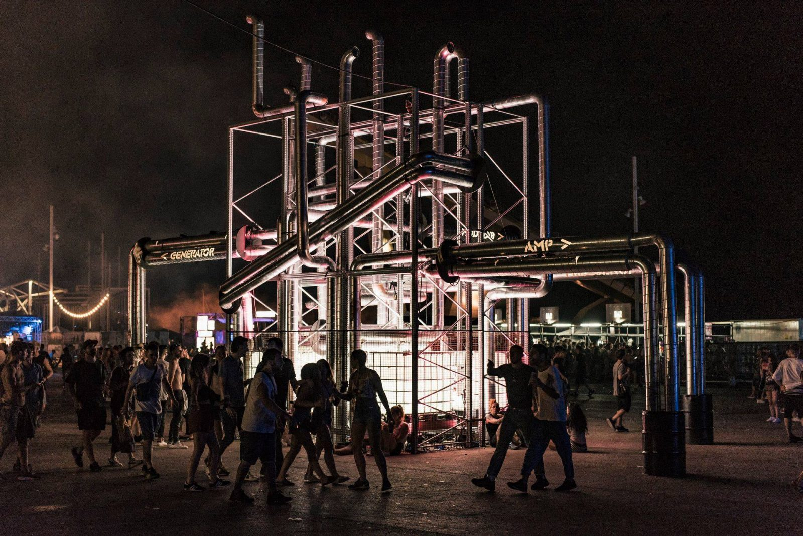 Triomf - Twee 'mainframes' connecten & signen alle stages en werden op een Amsterdam editie voorzien van schermen voor line-up aankondigingen.
