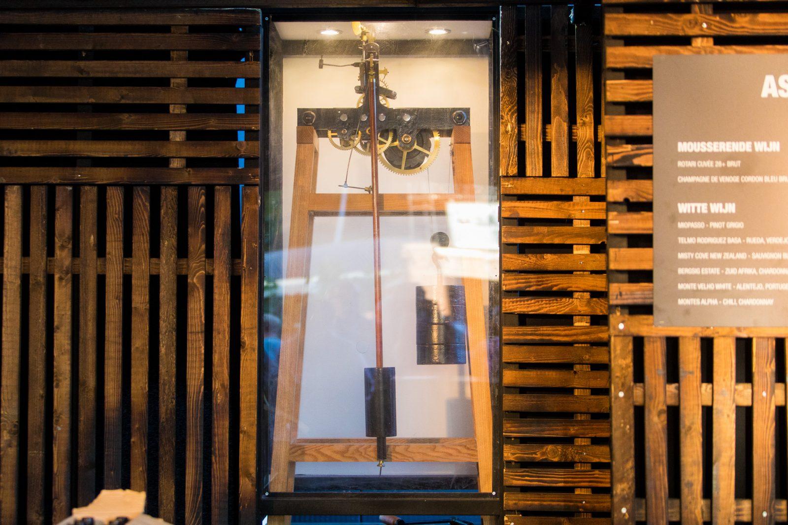 Triomf - De klok loopt echt, met een origineel uurwerk uit een oude kerktoren